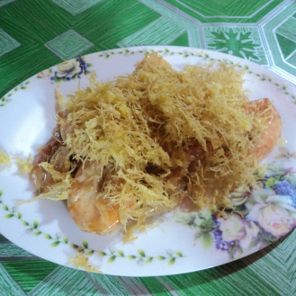 Butter shrimps with some kind of sweet flakes